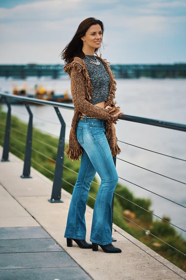 Bella giovane donna che posa sulla passeggiata al fiume nella citt? immagine stock