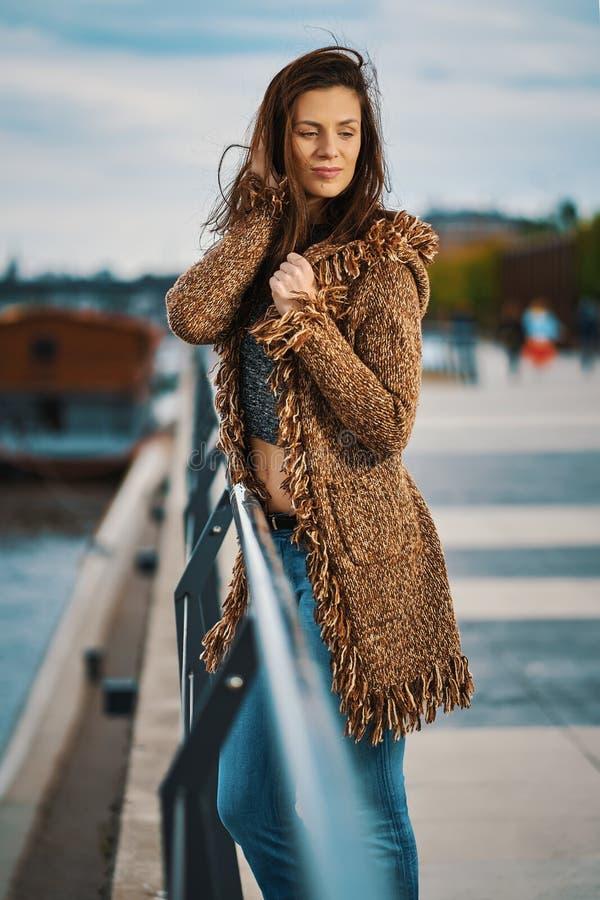 Bella giovane donna che posa sulla passeggiata al fiume nella citt? immagini stock libere da diritti