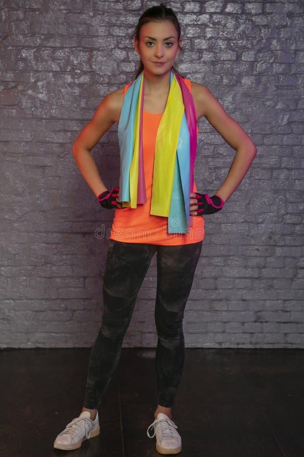 Bella giovane donna che pratica con le bande elastiche fotografia stock libera da diritti
