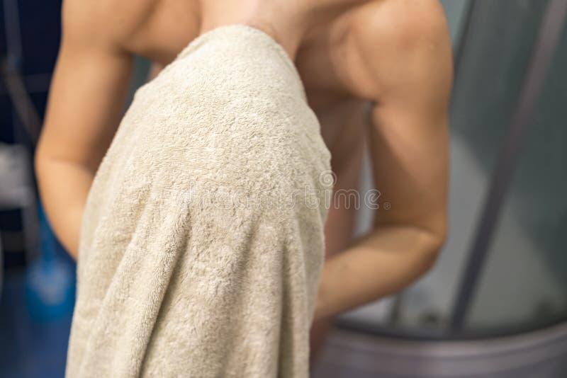 Bella giovane donna che pulisce capelli con l'asciugamano dopo la doccia fotografia stock