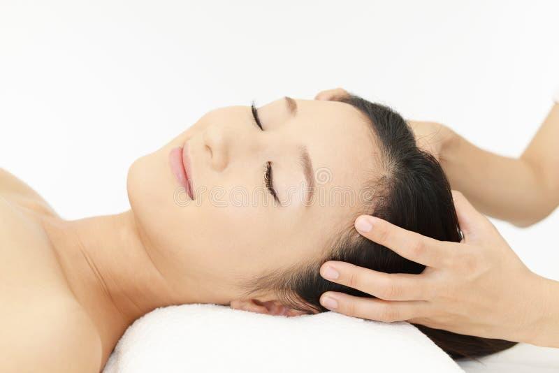 Bella giovane donna che riceve massaggio immagine stock