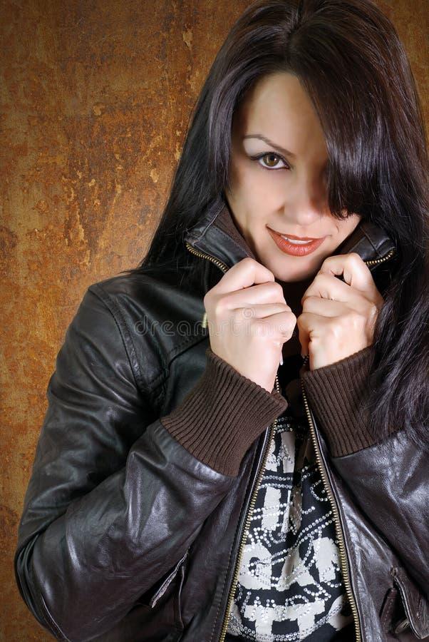 Bella giovane donna che riscalda in rivestimento di cuoio fotografia stock