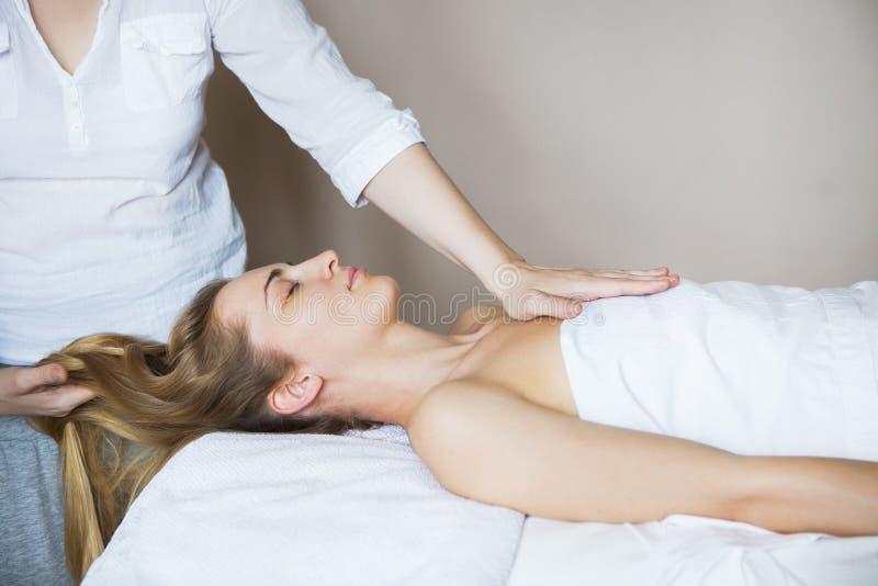 Bella giovane donna che si rilassa con il massaggio della mano alla stazione termale di bellezza immagine stock libera da diritti