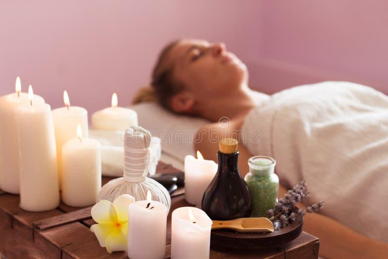 Bella giovane donna che si rilassa con il massaggio della mano alla stazione termale di bellezza fotografia stock libera da diritti