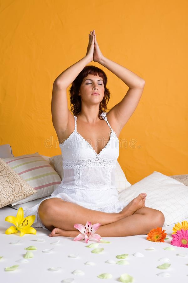 Bella giovane donna che si rilassa nella posizione di yoga immagini stock