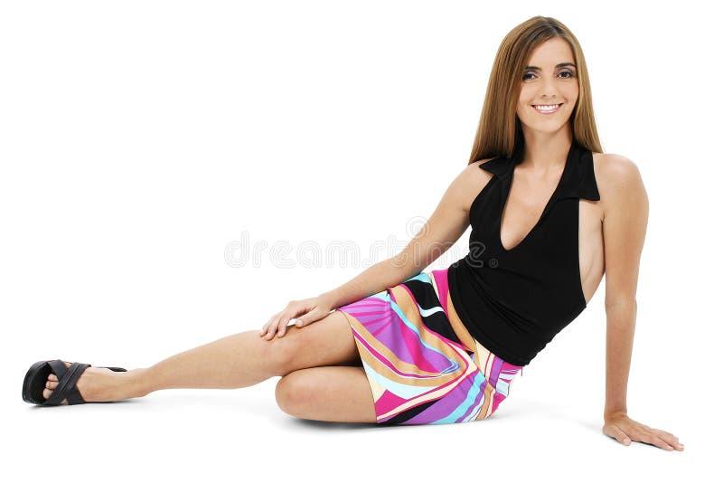 Bella giovane donna che si siede sul pavimento fotografie stock libere da diritti