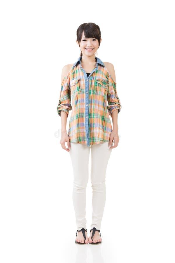 Bella giovane donna che sta nell'abbigliamento casual fotografie stock