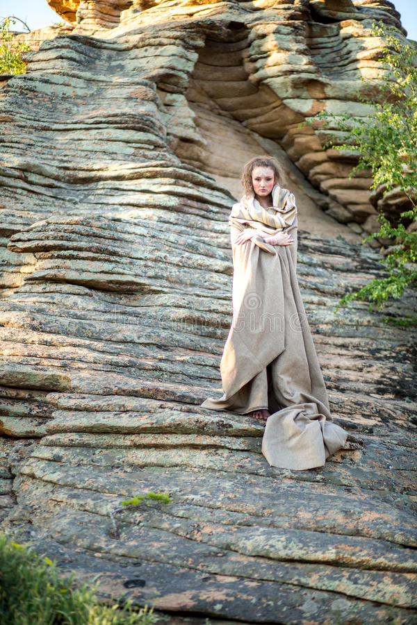 Bella giovane donna che sta in vestito antico immagine stock