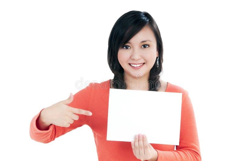 Bella giovane donna che tiene la scheda di nota in bianco immagine stock
