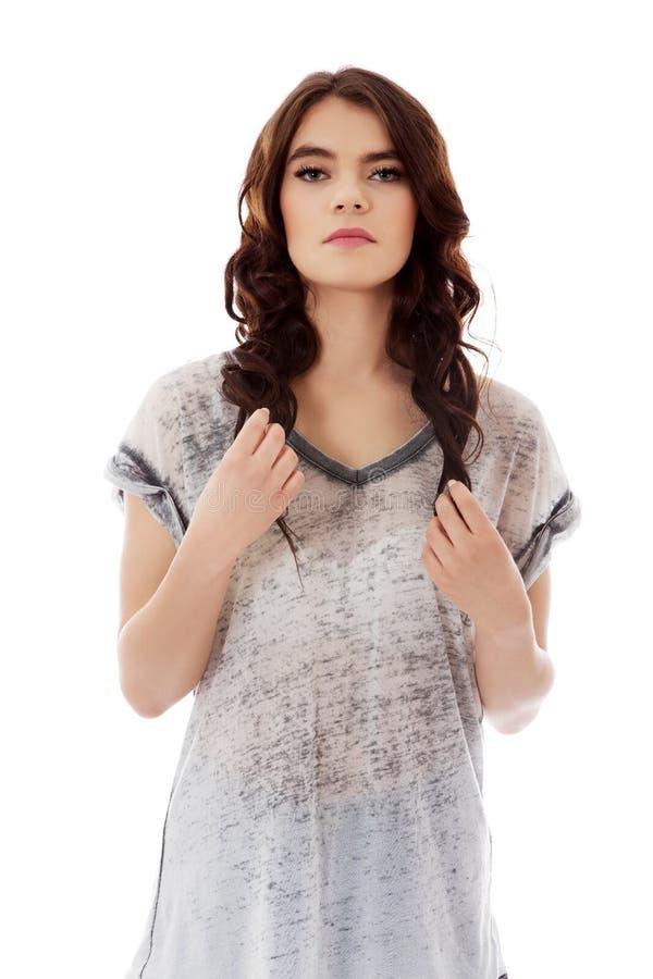 Bella giovane donna che tocca i suoi capelli scuri fotografia stock libera da diritti