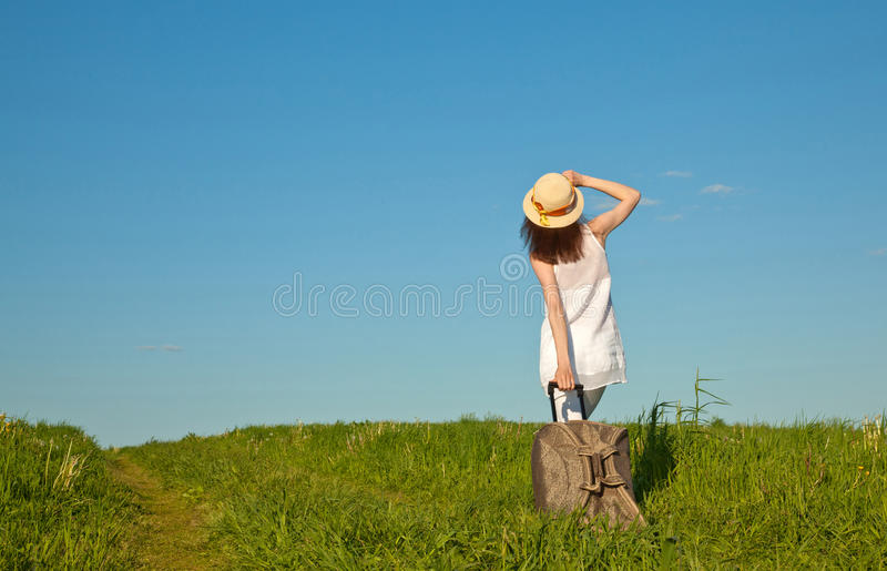 Bella giovane donna che viaggia con una valigia immagini stock