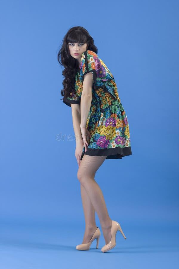 Bella giovane donna a colori il vestito fotografia stock libera da diritti