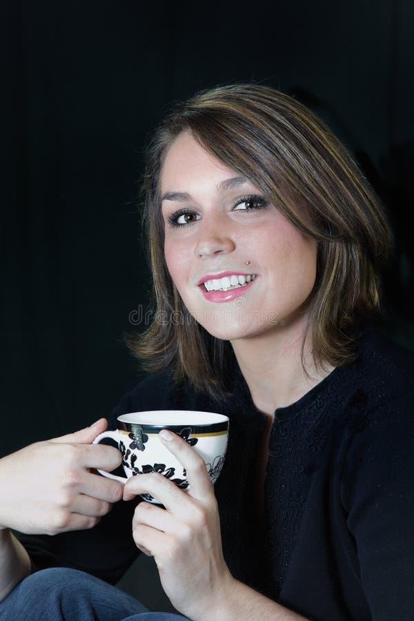 Bella giovane donna con caffè immagini stock