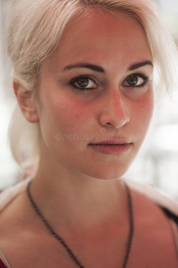 Bella giovane donna con capelli biondi e gli occhi verdi immagini stock libere da diritti