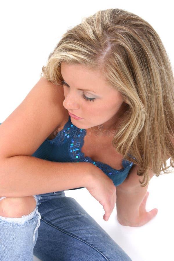 Bella giovane donna con capelli biondi Lookin immagini stock libere da diritti
