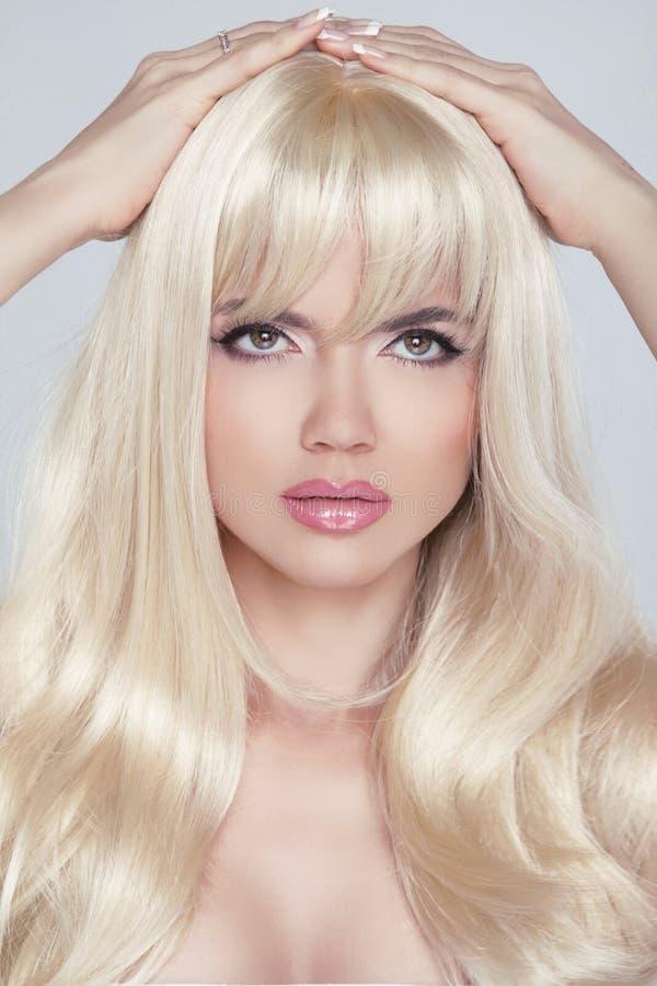 Bella giovane donna con capelli biondi lunghi Sguardo grazioso del modello immagini stock