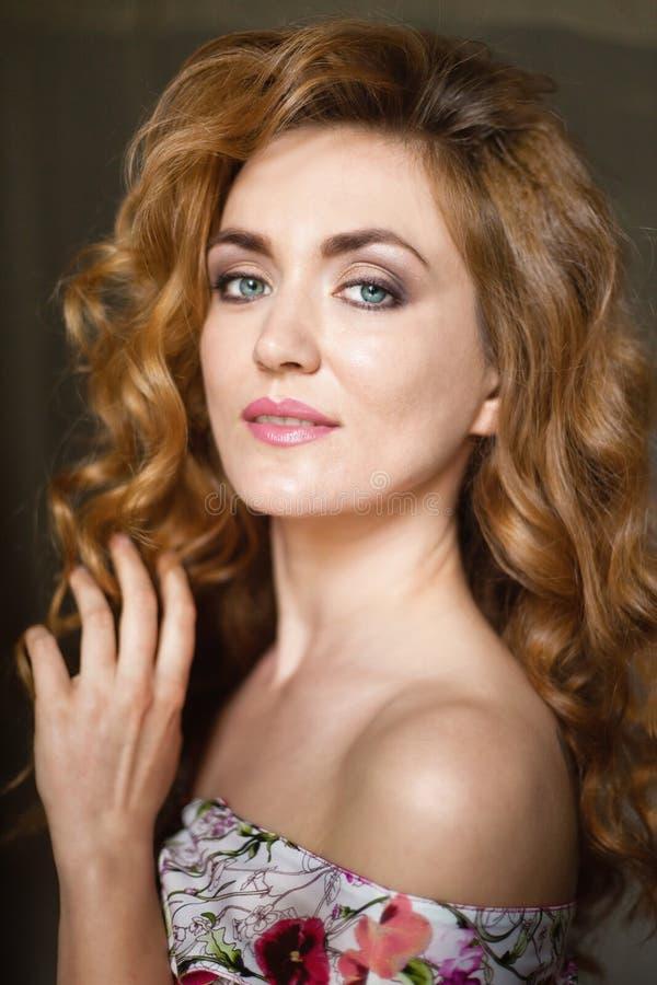 Bella giovane donna con capelli curvy rossi lunghi immagini stock