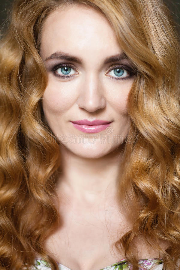 Bella giovane donna con capelli curvy rossi lunghi immagini stock libere da diritti