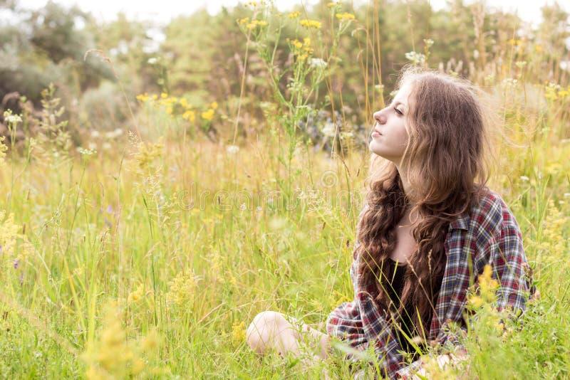 Bella giovane donna con capelli marroni ricci lunghi vestiti fotografia stock libera da diritti