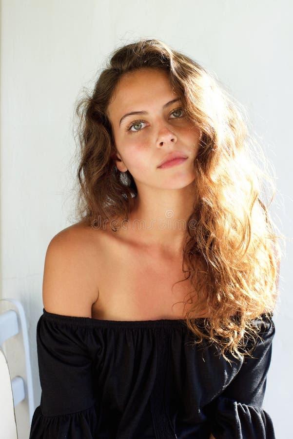 Bella giovane donna con fissare dei capelli ricci immagine stock libera da diritti
