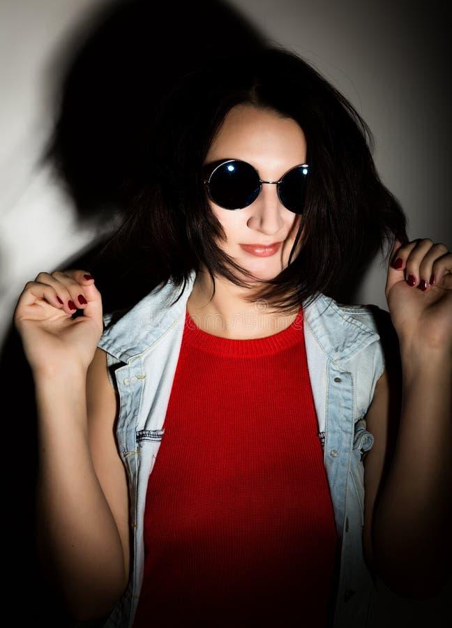 Bella giovane donna con gli occhiali da sole rotondi neri for Occhiali neri da sole