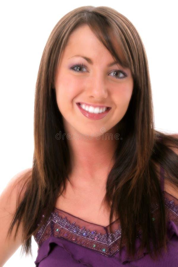 Bella giovane donna con i capelli del Brown e gli occhi nocciola immagine stock