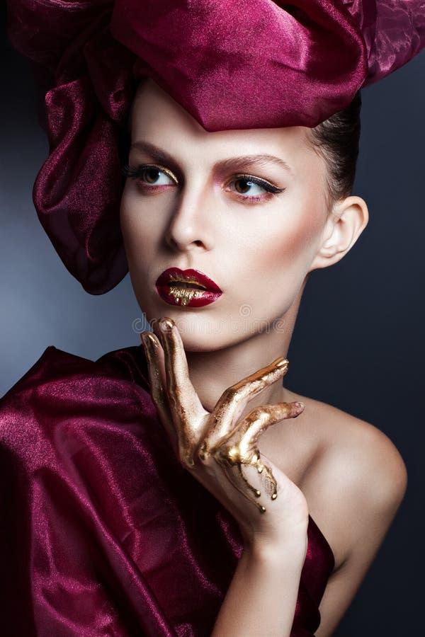 Bella giovane donna con i capelli di volo Volo rosso dei capelli nel vento fotografie stock