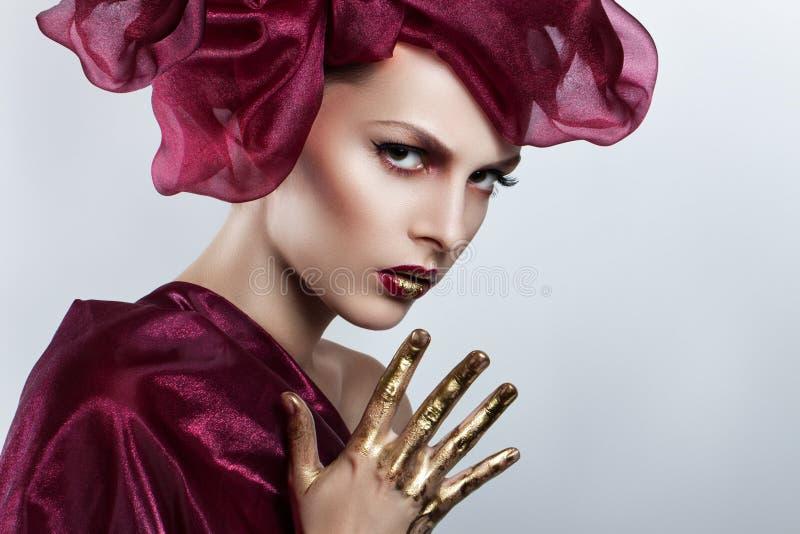Bella giovane donna con i capelli di volo Volo rosso dei capelli nel vento fotografie stock libere da diritti