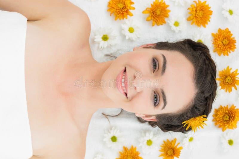 Bella giovane donna con i fiori nel salone di bellezza fotografie stock libere da diritti