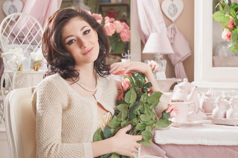 Download Bella Giovane Donna Con I Fiori. Retro Disegnato Immagine Stock - Immagine di sguardo, femmina: 30829579