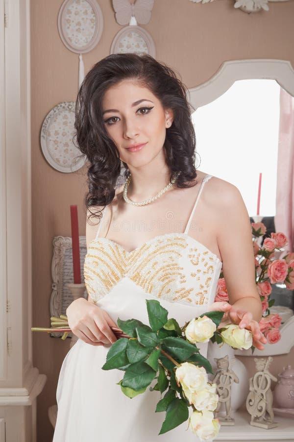Download Bella Giovane Donna Con I Fiori. Retro Disegnato Fotografia Stock - Immagine di brunette, mobilia: 30829624