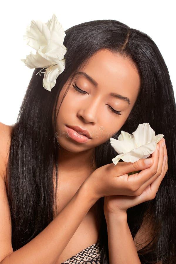 Bella giovane donna con i fiori in suoi capelli fotografie stock libere da diritti