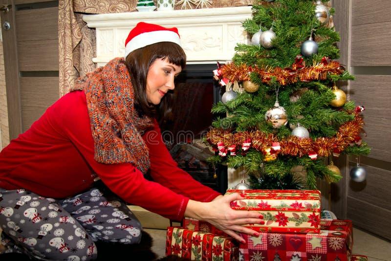 Bella giovane donna con i regali immagini stock