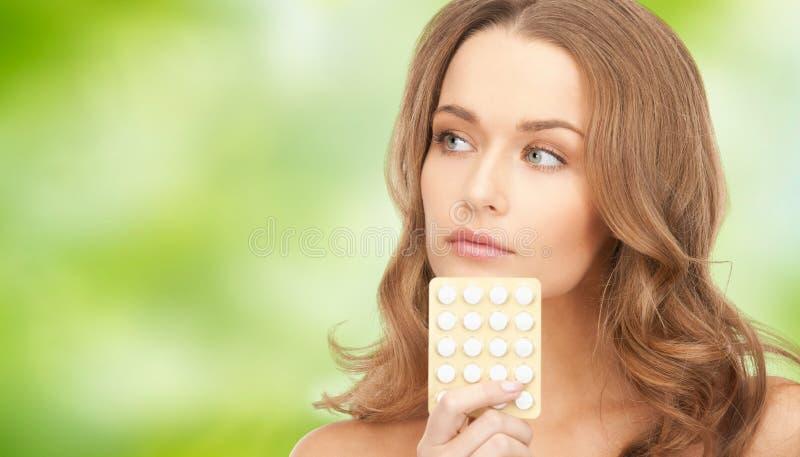 Bella giovane donna con il farmaco fotografia stock libera da diritti
