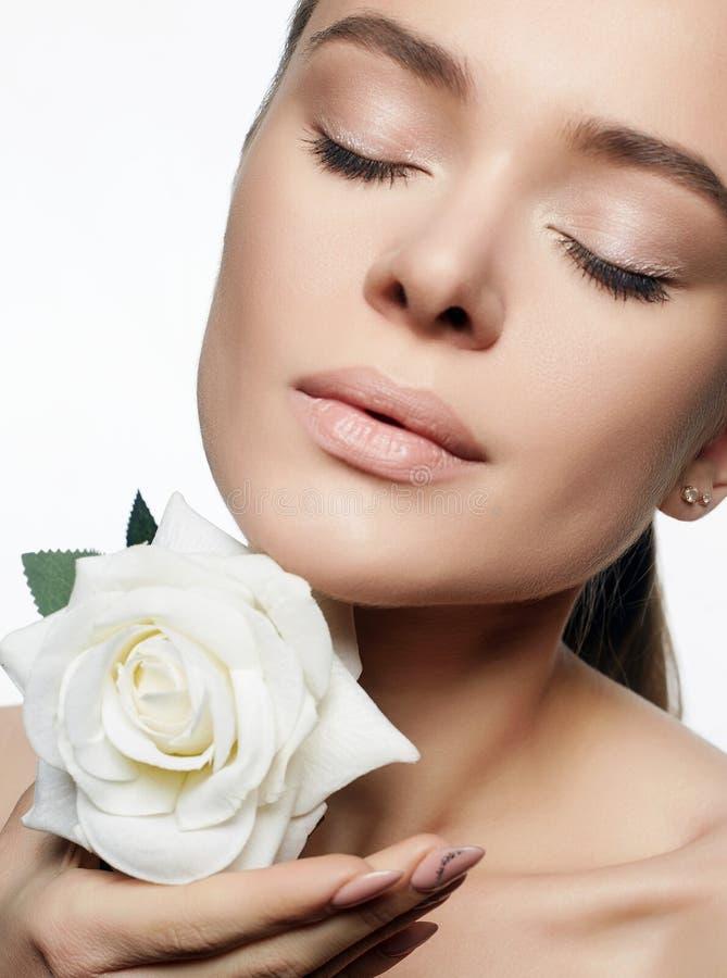 Bella giovane donna con il fiore Ritratto di bellezza immagine stock