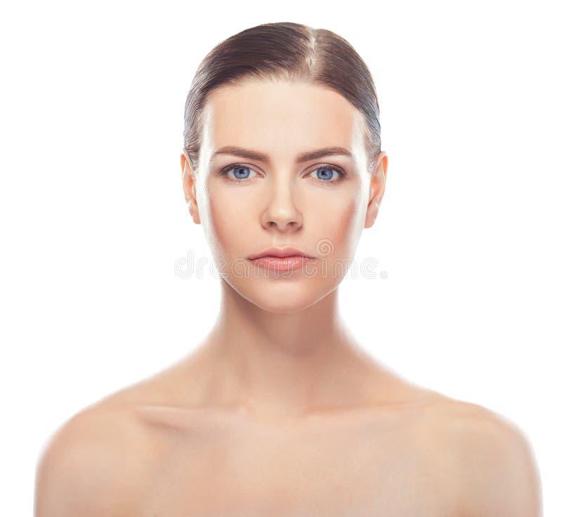 Bella giovane donna con il fronte sano e la pelle pulita immagini stock