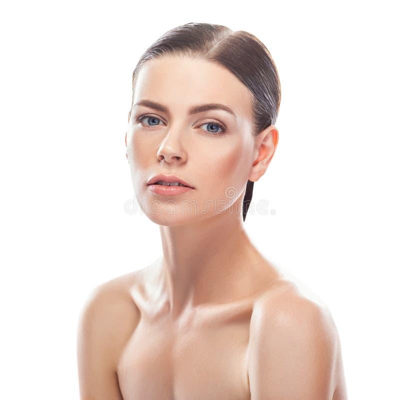 Bella giovane donna con il fronte sano e la pelle pulita immagine stock libera da diritti