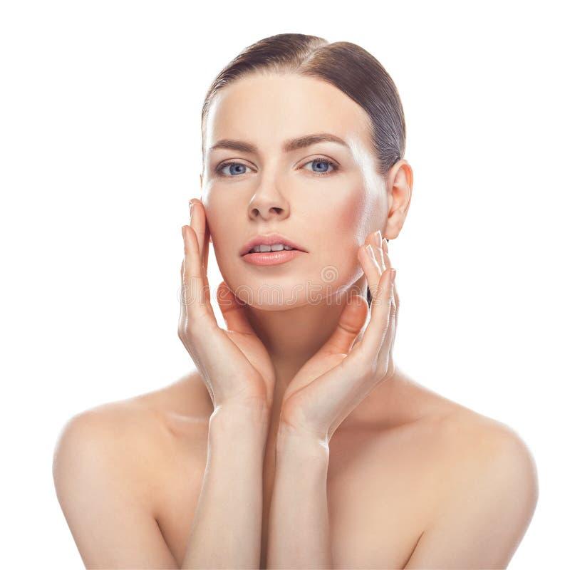 Bella giovane donna con il fronte sano e la pelle pulita fotografia stock libera da diritti