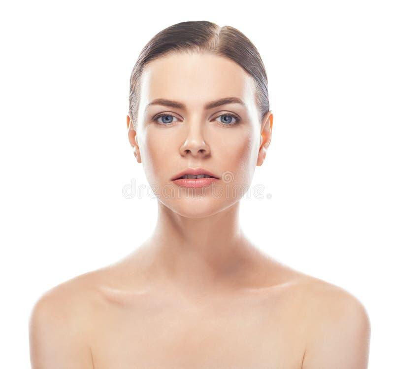 Bella giovane donna con il fronte sano e la pelle pulita immagine stock