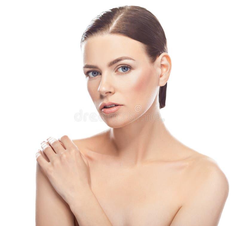 Bella giovane donna con il fronte sano e la pelle pulita fotografie stock