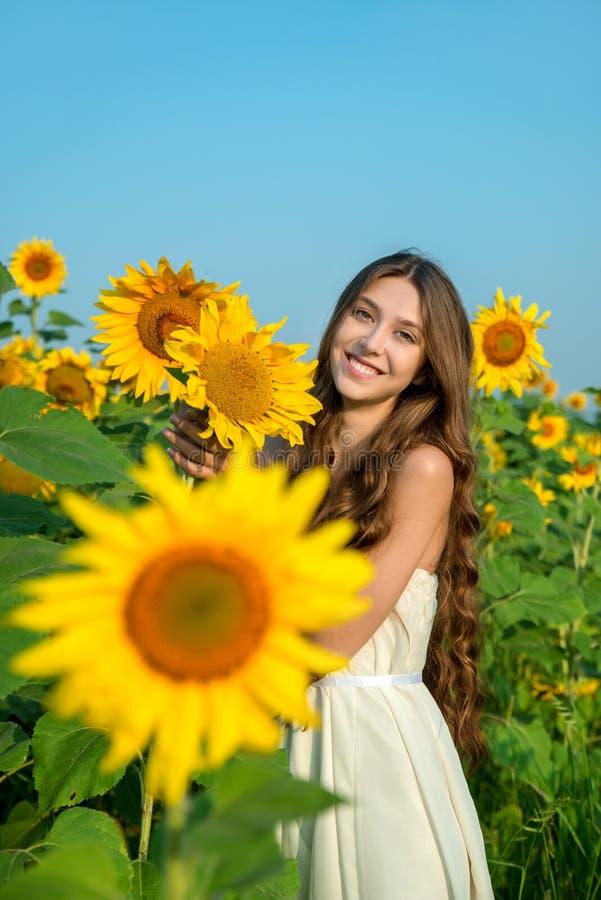 Bella giovane donna con il girasole fotografie stock libere da diritti