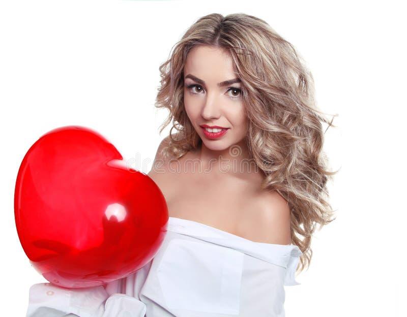 Bella giovane donna con il pallone in forma di cuore fotografia stock libera da diritti