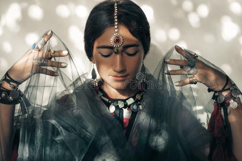 Bella giovane donna con il ritratto etnico degli accessori immagini stock libere da diritti