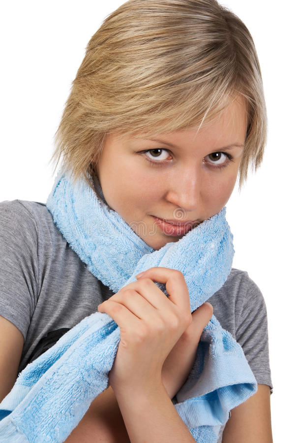 Bella giovane donna con il tovagliolo dopo lo sport immagine stock libera da diritti