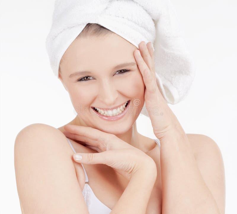 Bella giovane donna con l'asciugamano sul suo sorridere capo fotografie stock