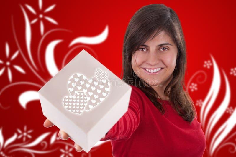 Bella giovane donna con la casella del presente del biglietto di S. Valentino fotografia stock libera da diritti