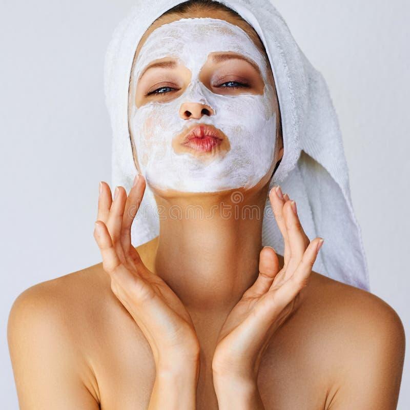 Bella giovane donna con la maschera facciale sul suo fronte Cura e trattamento di pelle, stazione termale, bellezza naturale e co immagine stock