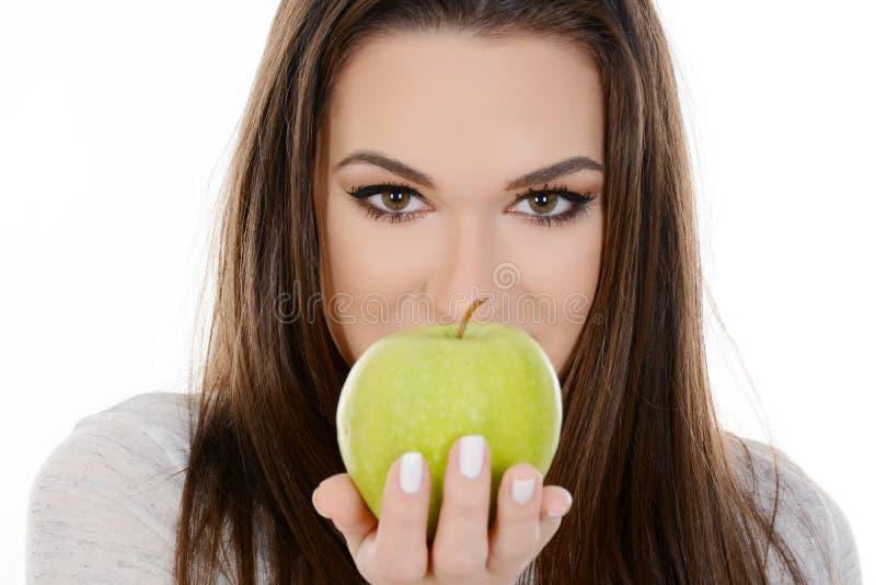 Bella giovane donna con la mela verde fotografia stock libera da diritti