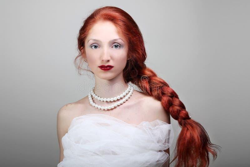 Bella giovane donna con la sposa rossa dei capelli immagini stock