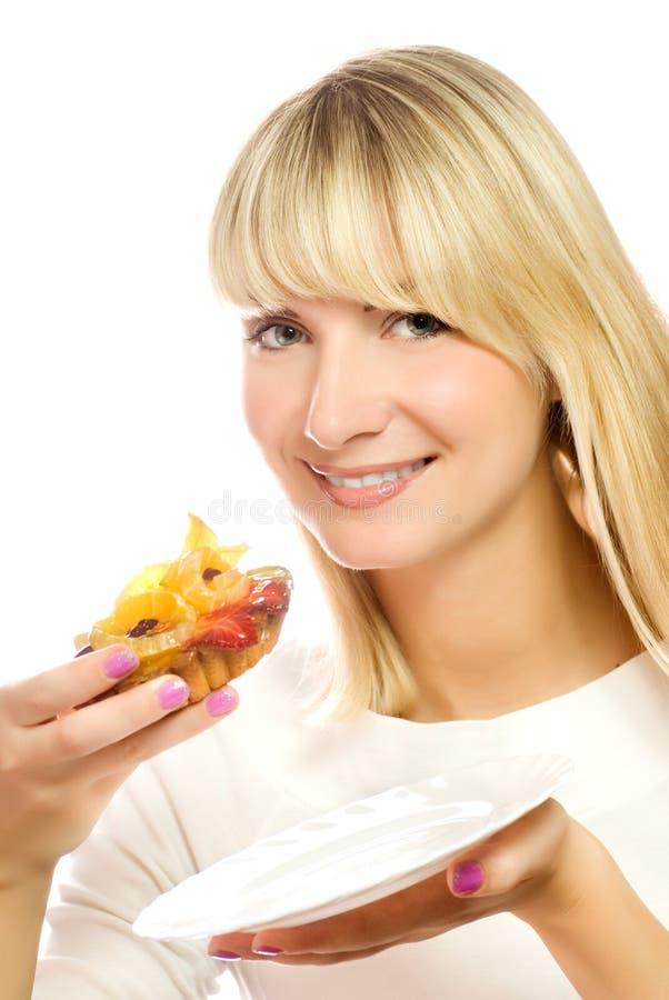 Bella giovane donna con la torta della frutta isolata sopra fotografie stock libere da diritti